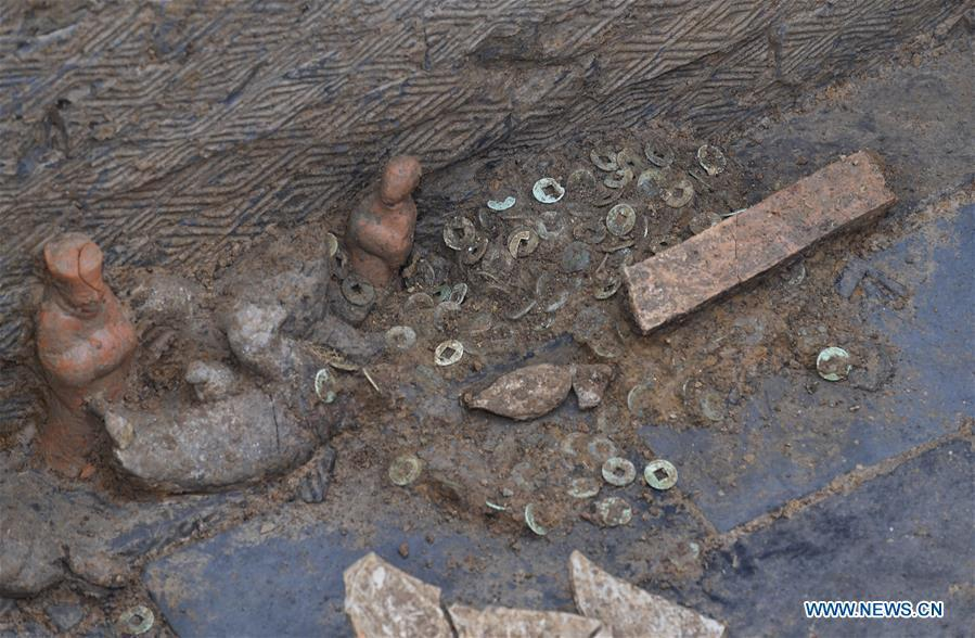 Photo taken on Nov. 15, 2018 shows a relic discovered with a tomb dated from the Eastern Han Dynasty (25-220) in Chenghua District of Chengdu, capital of southwest China\'s Sichuan Province. Altogether four tombs from the Eastern Han Dynasty (25-220) were discovered here in October this year, according to the Chengdu cultural relics and archeology research institute. (Xinhua/Liu Kun)