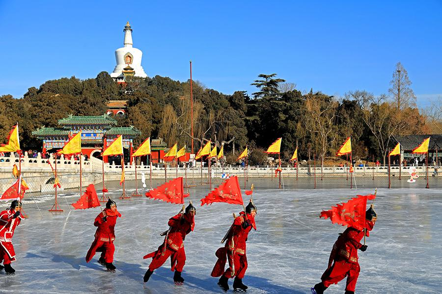 Ice activities in Beihai Park. (PHOTO BY ZOU HUAILIN/FOR CHINA DAILY)