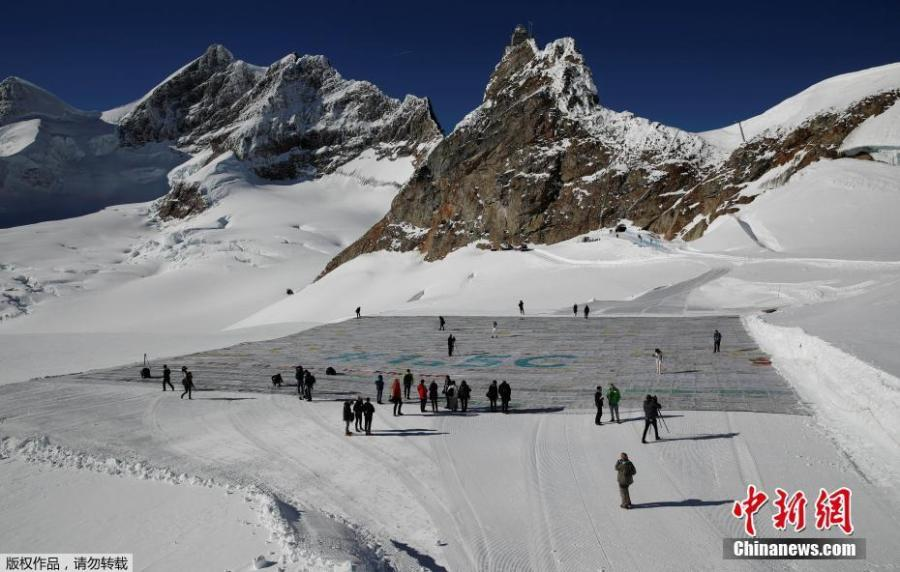 A giant postcard of approximately 2500 square meters made of contributions from over 125\'000 individual postcards containing messages aiming to fight climate change and global warming, is pictured on the Aletsch glacier near the Jungfraujoch saddle by the Jungfrau peak, in Switzerland, Nov 16, 2018.(Photo/Agencies)
