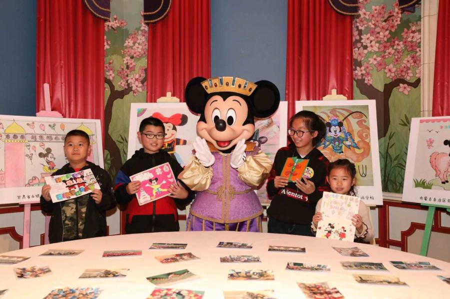 Mickey takes a group picture with young visitors at his birthday party on Nov. 18. (Photo provided to chinadaily.com.cn)
