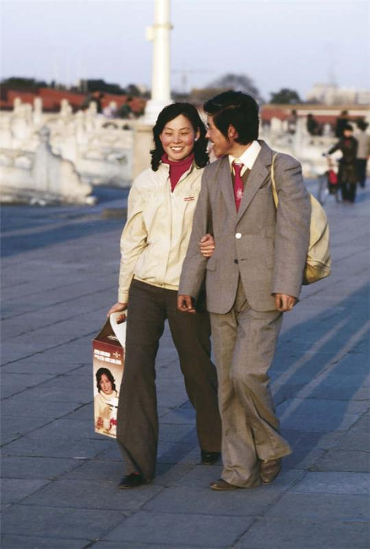 A couple strolls through Tiananmen Square in Beijing in 1986. (Photo provided to chinadaily.com.cn)