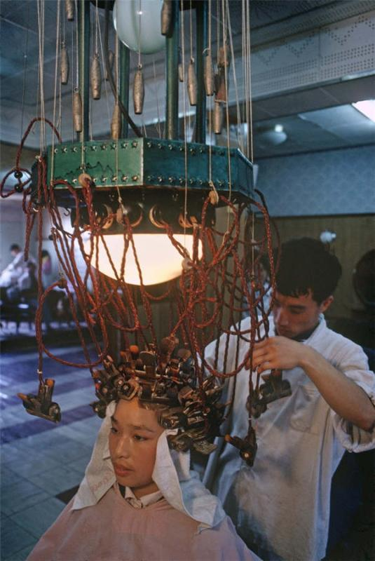 A woman gets a perm in Shanghai, 1980.  (Photo provided to chinadaily.com.cn)