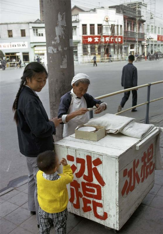 A woman buys an ice pop from a vendor in June 1973. (Photo provided to chinadaily.com.cn)