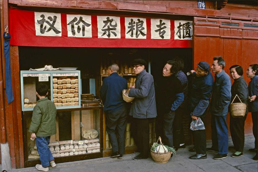 People in Shanghai line up to purchase food, in July of 1980. (Photo provided to chinadaily.com.cn)