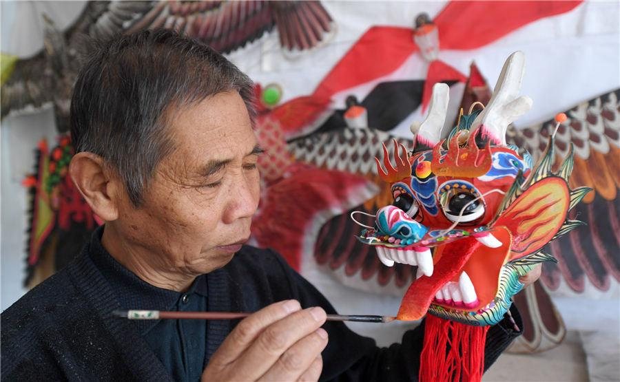 Li works at his home in Yuncheng, East China\'s Shanxi Province, on Nov. 19, 2018. (Photo by Xue Jun/Asianewsphoto)