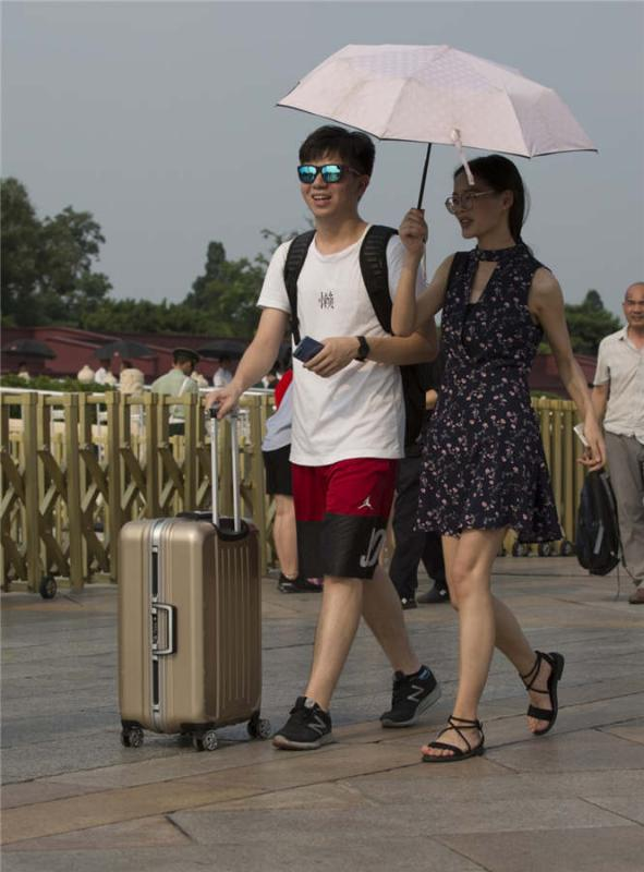 A couple walks through Tiananmen Square in Beijing on July 21, 2018.  (Photo provided to chinadaily.com.cn)