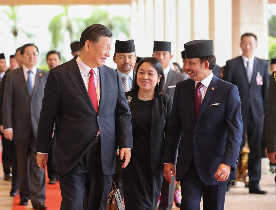 Chinese President Xi Jinping (L, front) and Brunei\'s Sultan Haji Hassanal Bolkiah head for the venue of their talks in Bandar Seri Begawan, Brunei, Nov. 19, 2018. (Xinhua/Ju Peng)