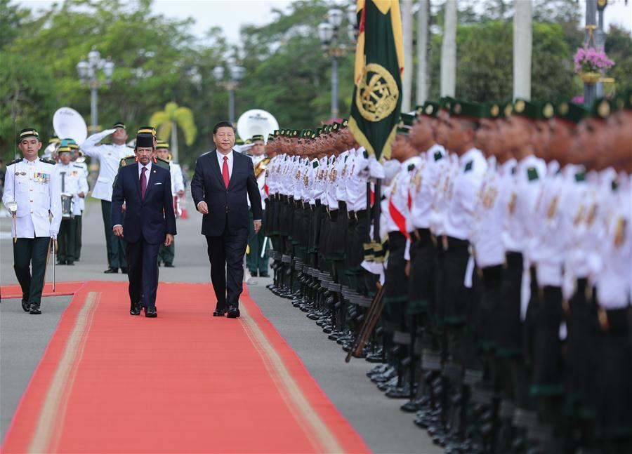 Chinese President Xi Jinping, accompanied by Brunei\'s Sultan Haji Hassanal Bolkiah, inspects the guard of honor in Bandar Seri Begawan, Brunei, Nov. 19, 2018. Xi attended a grand welcome ceremony held by Hassanal at Istana Nurul Iman, Brunei\'s royal palace, before their talks on Monday. (Xinhua/Ju Peng)