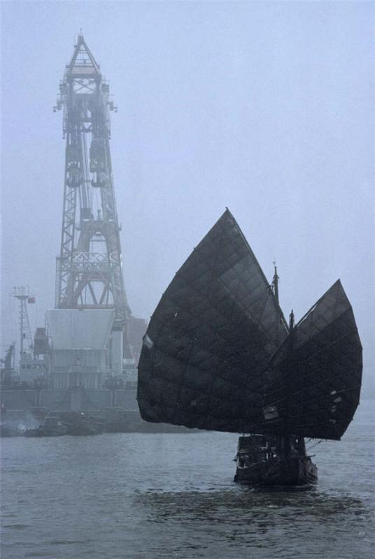 An old fashioned sailboat is seen on the Huangpu River in Shanghai, 1980.  (Photo provided to chinadaily.com.cn)