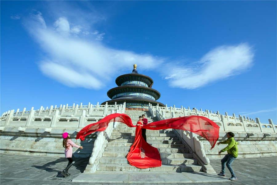 Newlyweds pose for elaborate wedding photos at the Temple of Heaven in Beijing, Sept 18, 2015.  (Photo provided to chinadaily.com.cn)