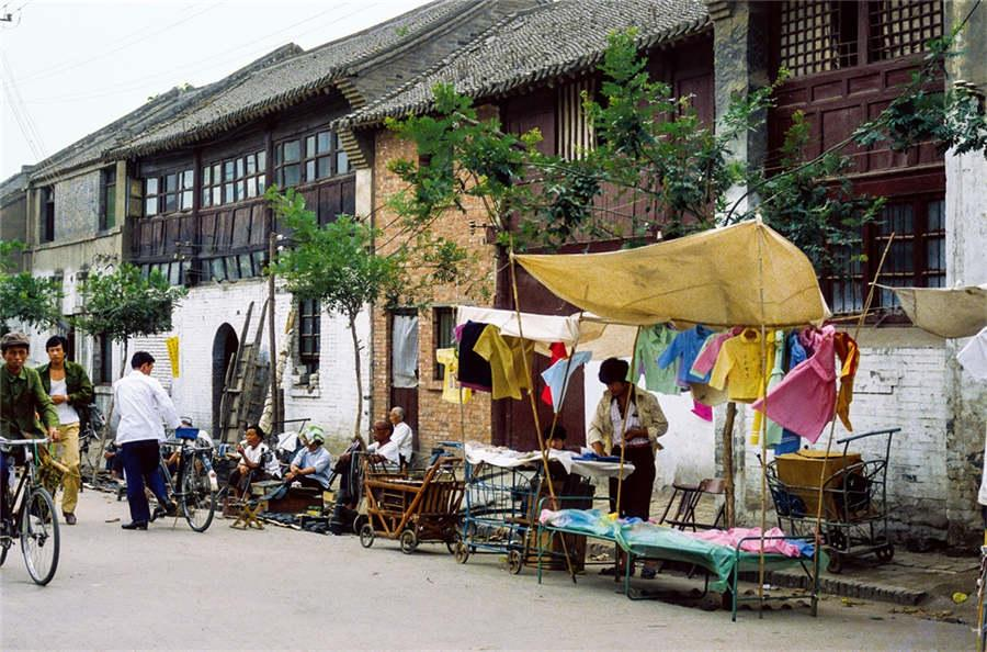 A street stall is set up in downtown Kaifeng city, Central China\'s Henan Province, in the 1980s. (Photo provided to chinadaily.com.cn)