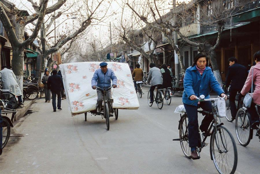 Bicycles are used to help move house in Yangzhou city in East China\'s Jiangsu Province in the 1980s.  (Photo provided to chinadaily.com.cn)