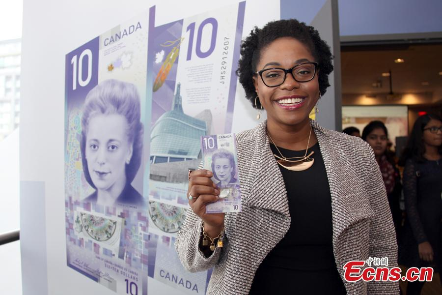 A woman holds a $10 banknote featuring Viola Desmond in Toronto, Canada, Nov. 19, 2018. The banknote is the first vertically oriented bill in Canada and the first regularly circulating banknote to feature a Canadian woman, civil rights advocate Viola Desmond, on the front. (Photo: China News Service/Yu Dongrui)
