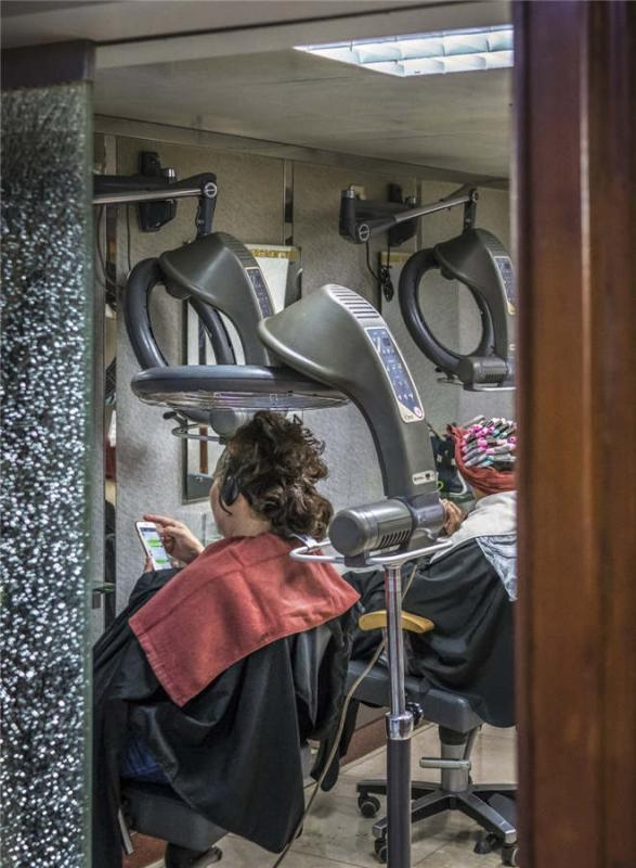 Women get their hair done in a modern hair salon in Shanghai, April 28, 2018. (Photo provided to chinadaily.com.cn)