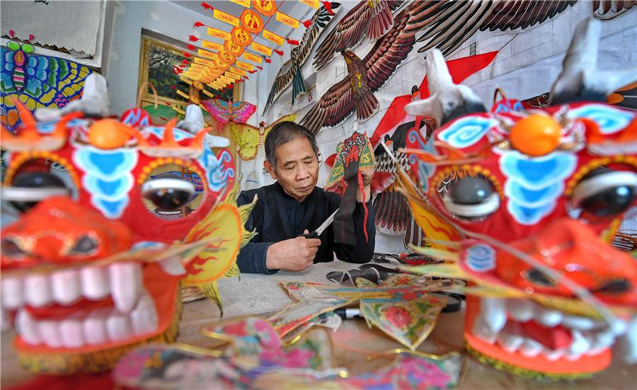 Li works at his home in Yuncheng, East China\'s Shanxi Province, on Nov. 19, 2018. (Photo/Asianewsphoto)  Li Ruzhen, a 65-year-old retiree from a local cultural center in Yuncheng, East China\'s Shanxi Province, has had a lifelong hobby: kite-making. He has crafted over 2,000 kites over the past three decades. These exquisite handicrafts come in all sizes and colors, an example of folk art heritage in Shanxi.