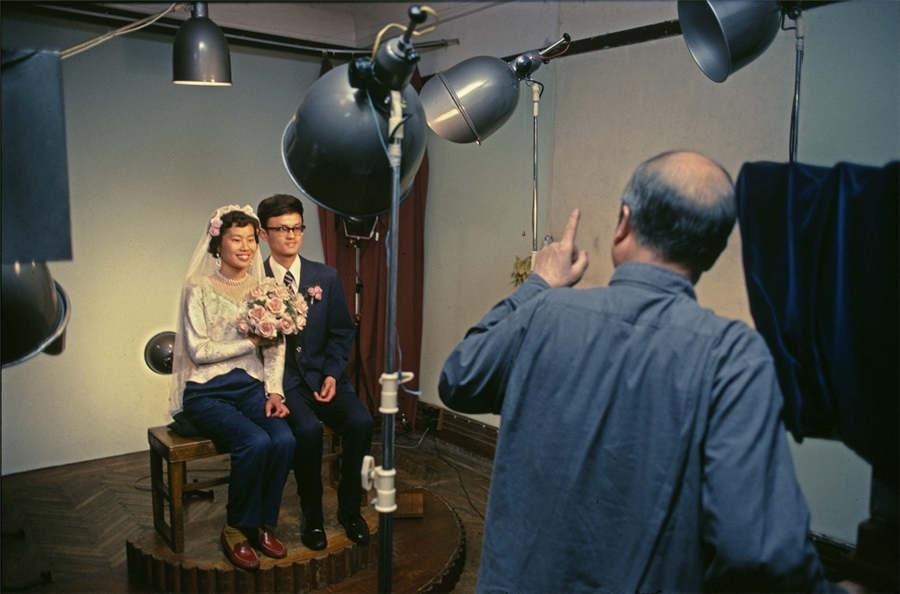Newlyweds pose for simple wedding photos in Shanghai, in August 1980. (Photo provided to chinadaily.com.cn)