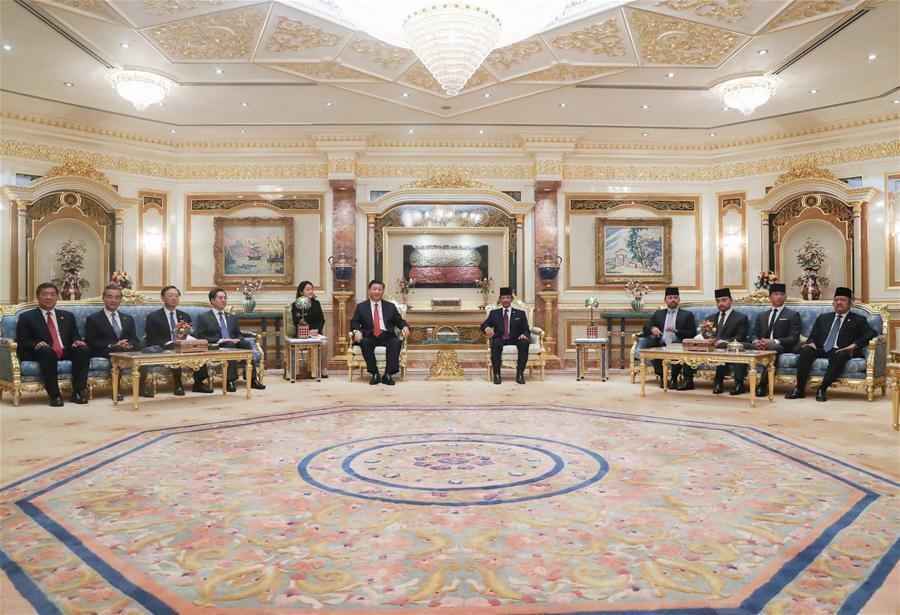 Chinese President Xi Jinping (6th L) holds talks with Brunei\'s Sultan Haji Hassanal Bolkiah (5th R) in Bandar Seri Begawan, Brunei, Nov. 19, 2018. (Xinhua/Ju Peng)