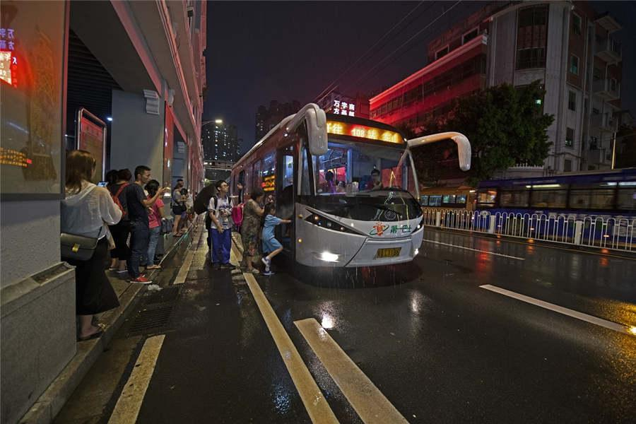The Zhongshansi Road bus station is seen in Guangzhou city, South China\'s Guangdong Province, Sept. 7, 2018. The road today is twice as wide as the old one 40 years ago.(Photo provided to chinadaily.com.cn)