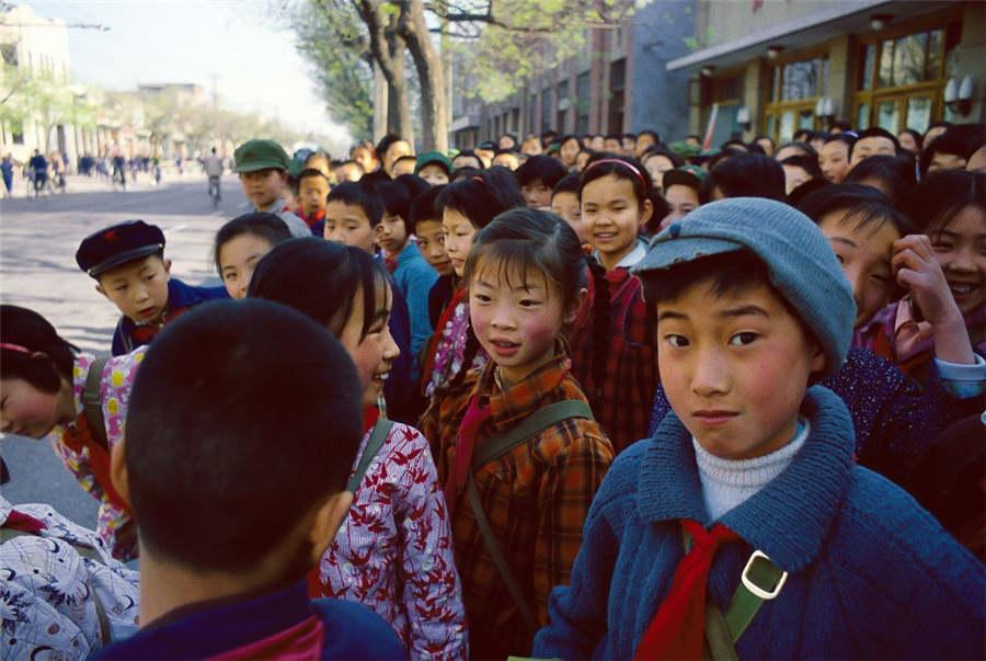 Students wait for a school bus in Beijing, 1979.  (Photo provided to chinadaily.com.cn)