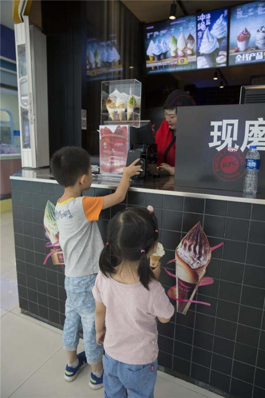 A child buys ice cream using WeChat Pay at a shopping mall in Tianjin municipality, May 27, 2018.  (Photo provided to chinadaily.com.cn)