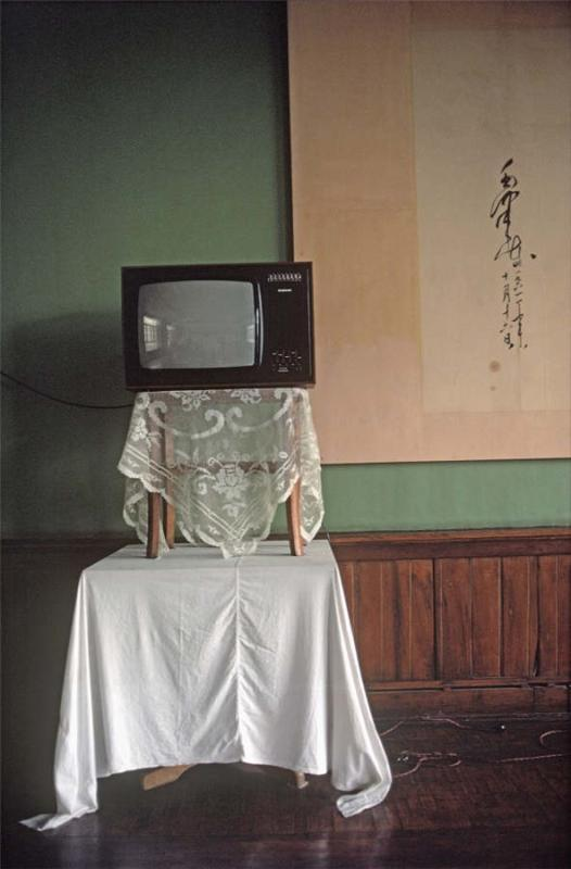 A television in a citizen\'s home sits in a place of honor, 1979. (Photo provided to chinadaily.com.cn)