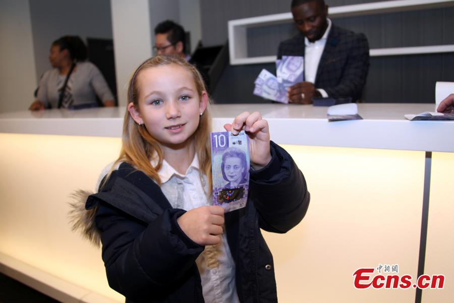 A girl holds a $10 banknote featuring Viola Desmond in Toronto, Canada, Nov. 19, 2018. The banknote is the first vertically oriented bill in Canada and the first regularly circulating banknote to feature a Canadian woman, civil rights advocate Viola Desmond, on the front. (Photo: China News Service/Yu Dongrui)