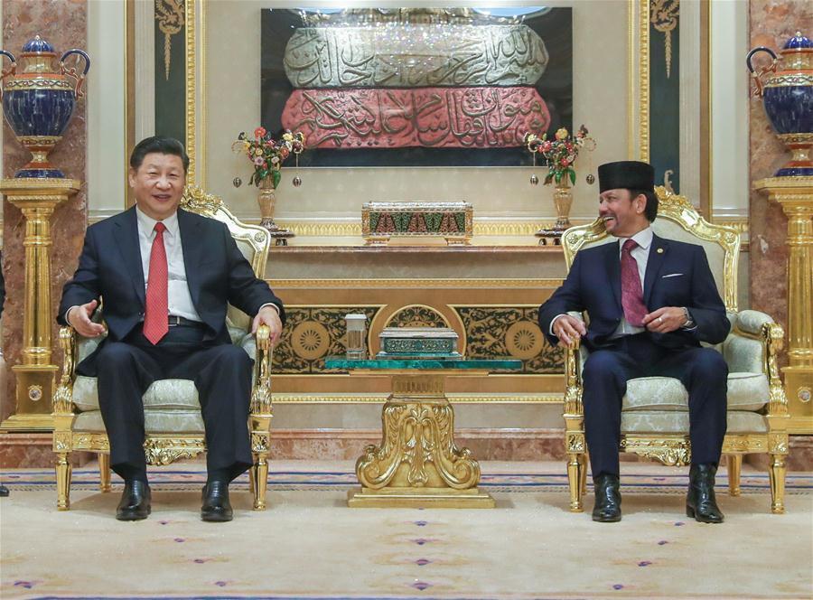 Chinese President Xi Jinping (L) holds talks with Brunei\'s Sultan Haji Hassanal Bolkiah in Bandar Seri Begawan, Brunei, Nov. 19, 2018. (Xinhua/Ju Peng)