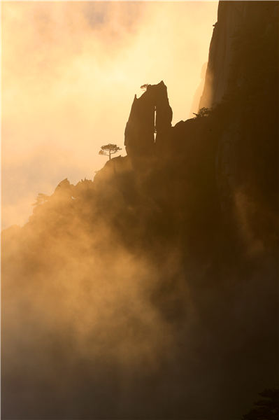 Huangshan Mountain welcomed its first cloud sea spectacle of the winter on Nov 19, 2018. The ever-changing clouds reflect the glimmer of sunset, forming a magnificent landscape. (Photo/Asianewsphoto)