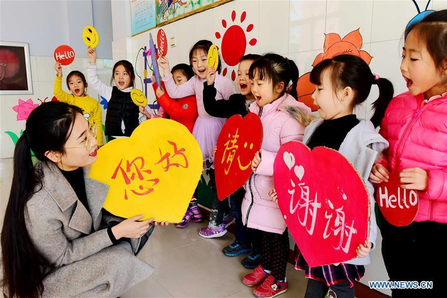 Children show greeting cards made to mark the World Hello Day which falls on Nov. 21 annually at a kindergarten at Qingzhou City, east China\'s Shandong Province. (Xinhua/Wang Jilin)