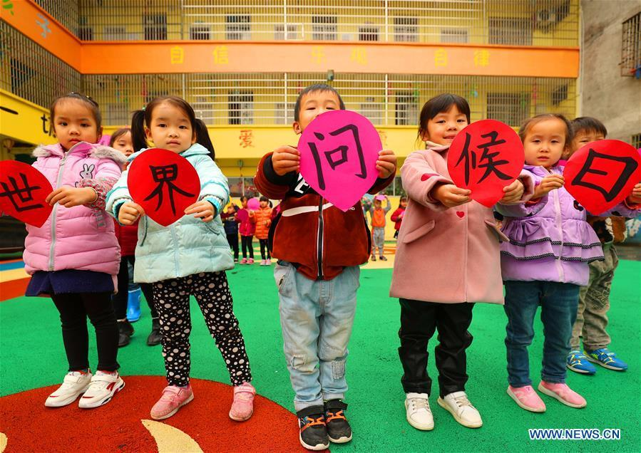 Children show greeting cards made to mark the World Hello Day which falls on Nov. 21 annually at a kindergarten at Taihe County, east China\'s Jiangxi Province. (Xinhua/Deng Heping)