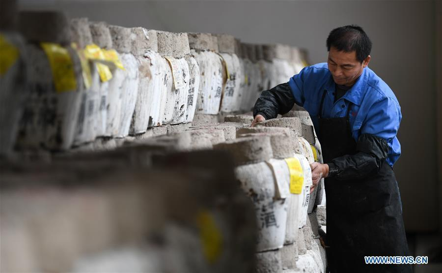A worker arranges the rice wine jars at Shaoxing Nuerhong Winery Company in Shaoxing, east China\'s Zhejiang Province, Nov. 21, 2018. The company maintains its traditional rice wine brewing method, which is composed of nearly 20 processing steps. (Xinhua/Weng Xinyang)