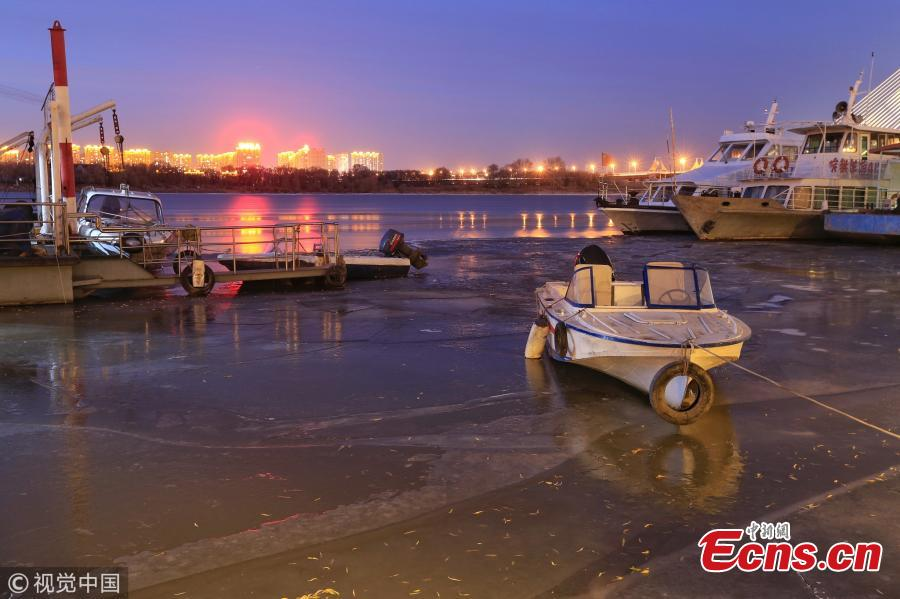 The photo shows the partially frozen Songhua River in Harbin, northeast China\'s Heilongjiang province, Nov. 22 2018. The river began freezing up due to temperature plummeting recently. (Photo/VCG)