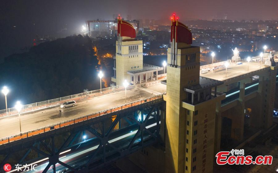 Magnolia-shaped lamps on the Nanjing Yangtze River Bridge are lighted up during a test on November 21, 2018. It is the first time those lamps are turned since the bridge was closed for a maintenance. The bulbs will also be replaced from the previous high-pressure sodium lamps into LED lamps which are more energy-efficient and has a longer-life. (Photo/IC)