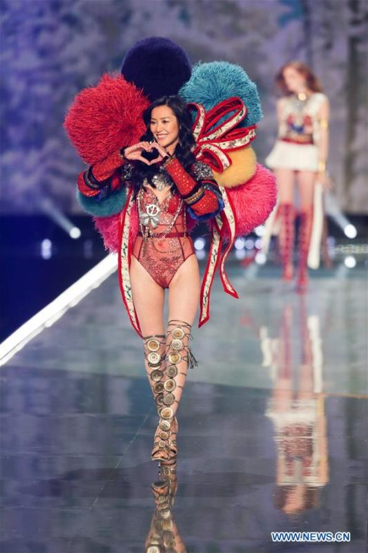 File photo taken on Nov. 20, 2017 shows Chinese model Liu Wen presenting a creation during the 2017 Victoria\'s Secret Fashion Show in east China\'s Shanghai. From 1978 when China started its reform and opening-up policy, a door to the outside world has been opened. Along with the imported commodities, fashion ideas inevitably slipped into China and since then the country, which was somewhat lack of fashion diversity, started its journey to pursue fashions. Over the past four decades, the thirst for beauty has driven Chinese people to pursue every possible fashionable element. The change first came with dress when colorful and diversified clothing prevailed as against the former dominant blue and grey. For a time, men and women raced to hairdressers\' just for trendy hairdos. Eating McDonald\'s or western cuisine even once was regarded as a fashionable thing. However, the most conspicuous change is that Chinese people have become more inclusive and they tend to accept new fashions, styles and concepts. China nowadays is dazzling the world not only on the fashion stage but in many other fields. Changes in fashions, as a profile of society, has well interpreted the benefits to people brought by China\'s reform and opening-up policy. (Xinhua/Ding Ting)