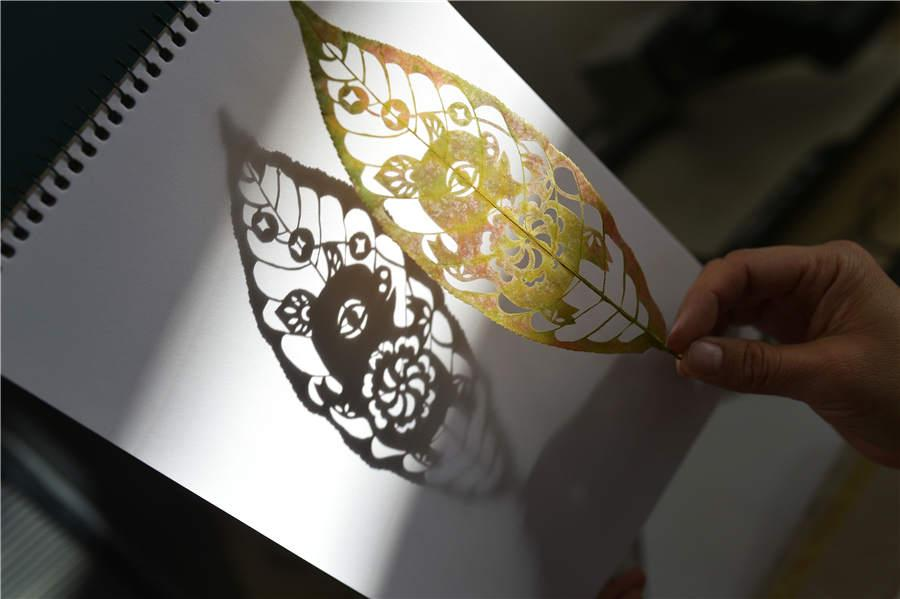 An engraved leaf art themed on the zodiac pig, created by art teacher Liu Ping. (Photo/Asianewsphoto)