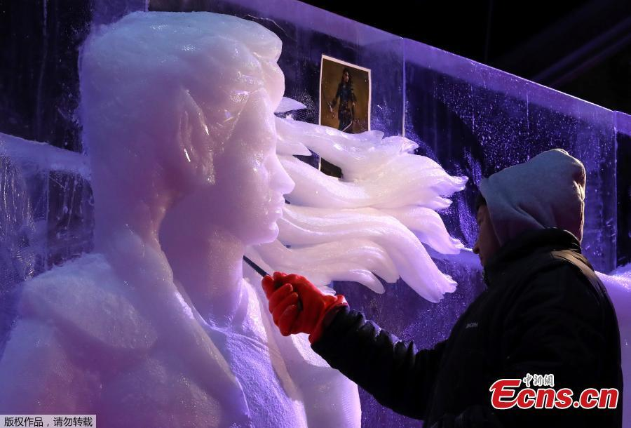 An artist carves an ice sculpture at the Bruges Ice Sculpture Festival and The World\'s First Digital Ice Art Museum in Bruges, Belgium, November 22, 2018.(Photo/Agencies)