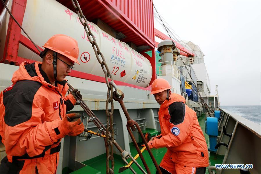 Staff members reinforce the chain on China\'s research icebreaker Xuelong, also known as the Snow Dragon, on Nov. 21, 2018. The icebreaker is on China\'s 35th Antarctic research expedition. At 6:22 p.m. Wednesday (local time), Xuelong crossed the stormy westerlies on its way towards China\'s Zhongshan Station in Antarctic. (Xinhua/Liu Shiping)