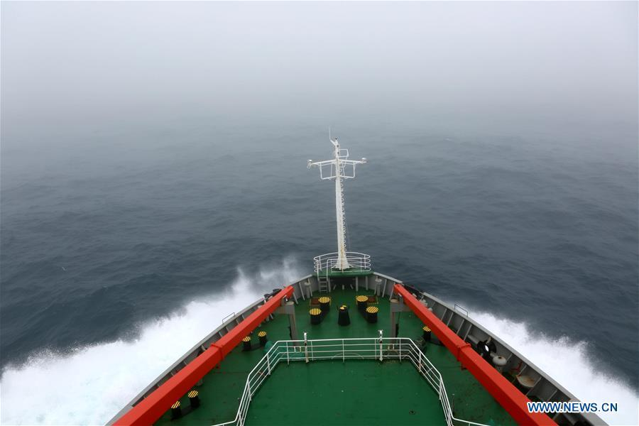 China\'s research icebreaker Xuelong, also known as the Snow Dragon, sails across westerlies on Nov. 20, 2018. The icebreaker is on China\'s 35th Antarctic research expedition. At 6:22 p.m. Wednesday (local time), Xuelong crossed the stormy westerlies on its way toward China\'s Zhongshan Station in Antarctic. (Xinhua/Liu Shiping)