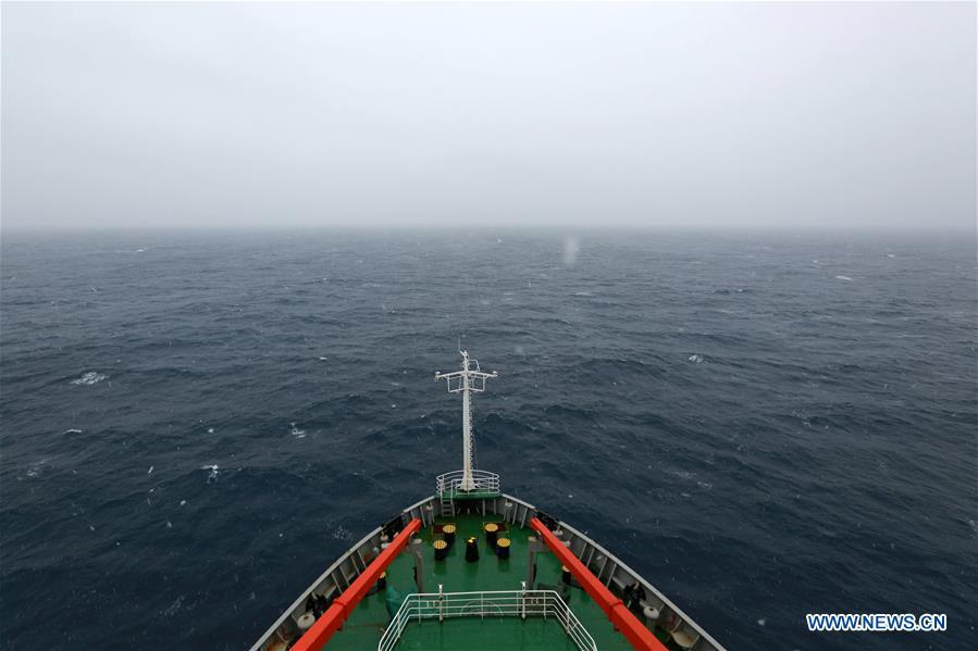 China\'s research icebreaker Xuelong, also known as the Snow Dragon, sails across westerlies on Nov. 21, 2018. The icebreaker is on China\'s 35th Antarctic research expedition. At 6:22 p.m. Wednesday (local time), Xuelong crossed the stormy westerlies on its way toward China\'s Zhongshan Station in Antarctic. (Xinhua/Liu Shiping)