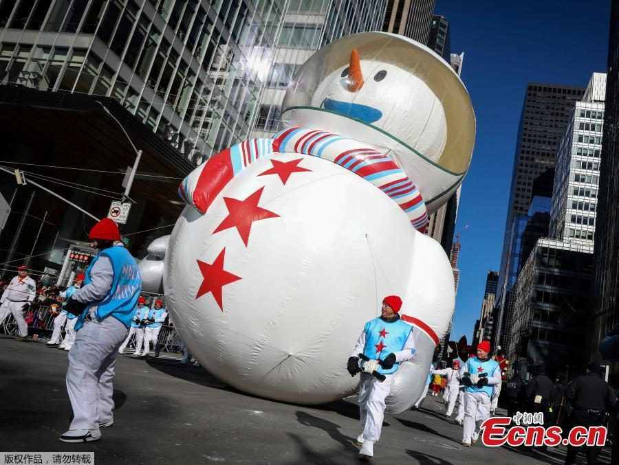 Despite frigid cold and strong winds, millions of people from New York and around the world lined the streets of Manhattan to watch the dazzling display of balloons and floats at the 92nd annual Macy\'s Thanksgiving Day Parade on Thursday,Nov. 22, 2018. Many spectators, huddled under blankets and behind guardrails, have  waited for hours at the 77 St./ Central Park West where the three-hour annual spectacle kicked off at 9 a.m. (1400 GMT).(Photo/Agencies)