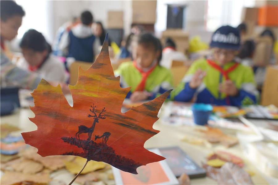 Students create leaf art during class at a primary school in Qingdao, East China\'s Shandong Province.  (Photo/Asianewsphoto)