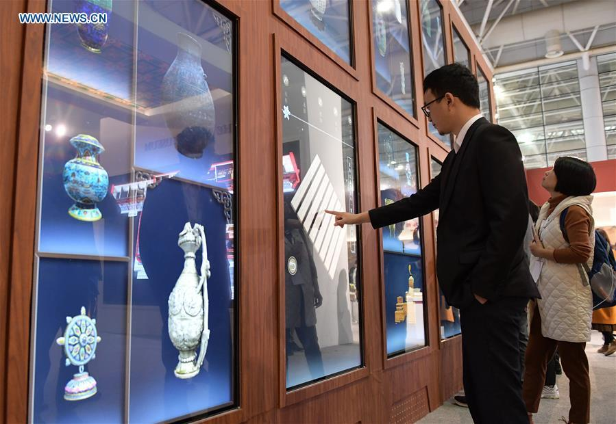 Visitors try 3-D interactive screen in the 8th Chinese Museums and Relevant Products and Technologies Exposition (MPT-Expo) in Fuzhou, capital of southeast China\'s Fujian Province, Nov. 23, 2018. (Xinhua/Li He)