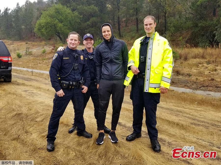 NBA Golden State Warriors basketball star Stephen Curry, second from right, poses with California Highway Patrol officers, after two drivers hit Curry\'s car on an Oakland, Calif., freeway Friday morning, Nov. 23, 2018. Authorities said that, first, the driver of a Lexus lost control and struck Curry\'s car. After Curry stopped in the center median and waited for officers to arrive, another sedan lost control and rear-ended his Porsche. No one was injured or arrested and the CHP says that rain was a factor in the crash. (Photo/Agencies)