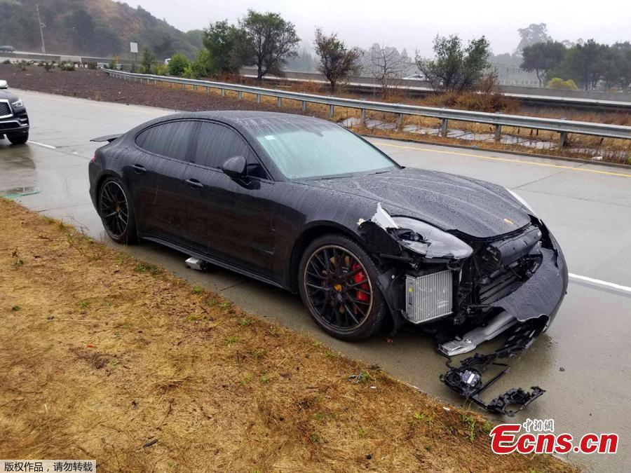 The black Porsche driven by NBA Golden State Warriors basketball star Stephen Curry was damaged after two drivers hit his car on a freeway in Oakland, California, Nov. 23, 2018. Authorities said that, first, the driver of a Lexus lost control and struck Curry\'s car. After Curry stopped in the center median and waited for officers to arrive, another sedan lost control and rear-ended his Porsche. No one was injured or arrested and the CHP says that rain was a factor in the crash. (Photo/Agencies)
