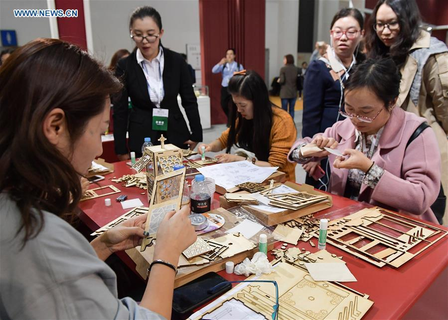 Visitors try a cardboard game in the 8th Chinese Museums and Relevant Products and Technologies Exposition (MPT-Expo) in Fuzhou, capital of southeast China\'s Fujian Province, Nov. 23, 2018. (Xinhua/Li He)