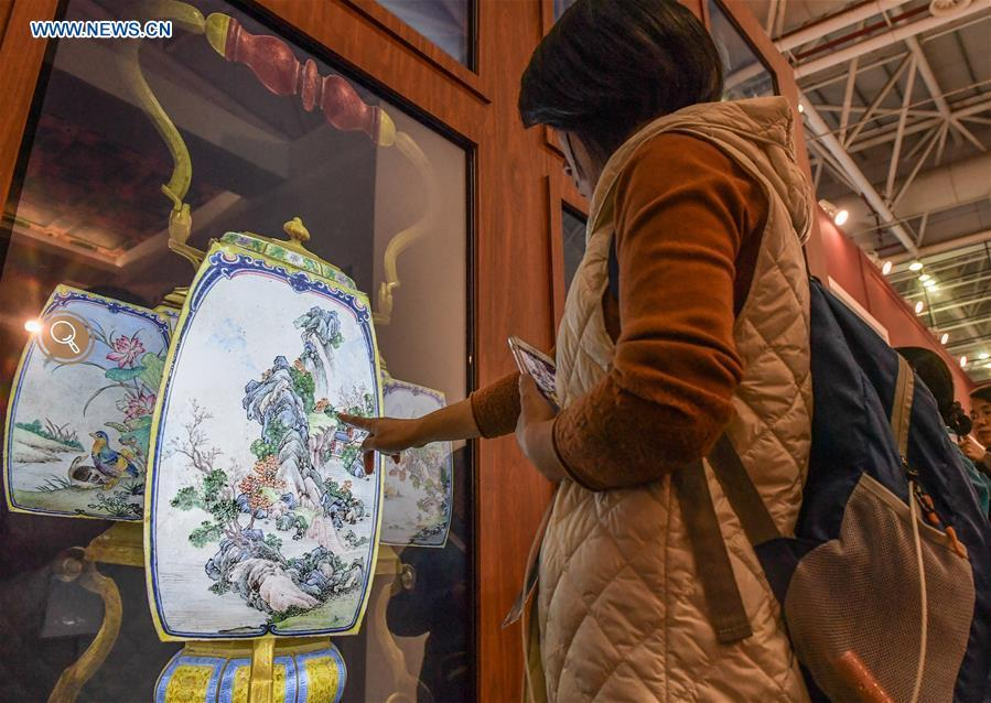 A visitor tries a 3-D interactive screen in the 8th Chinese Museums and Relevant Products and Technologies Exposition (MPT-Expo) in Fuzhou, capital of southeast China\'s Fujian Province, Nov. 23, 2018. (Xinhua/Li He)