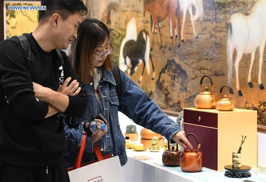 Visitors look at exhibits in the 8th Chinese Museums and Relevant Products and Technologies Exposition (MPT-Expo) in Fuzhou, capital of southeast China\'s Fujian Province, Nov. 23, 2018. (Xinhua/Li He)