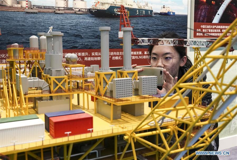 A visitor looks at the model of drilling platform in Liwan 3-1 gas field during a major exhibition to commemorate the 40th anniversary of China\'s reform and opening-up at the National Museum of China in Beijing, capital of China, Nov. 24, 2018. (Xinhua/Yin Gang)