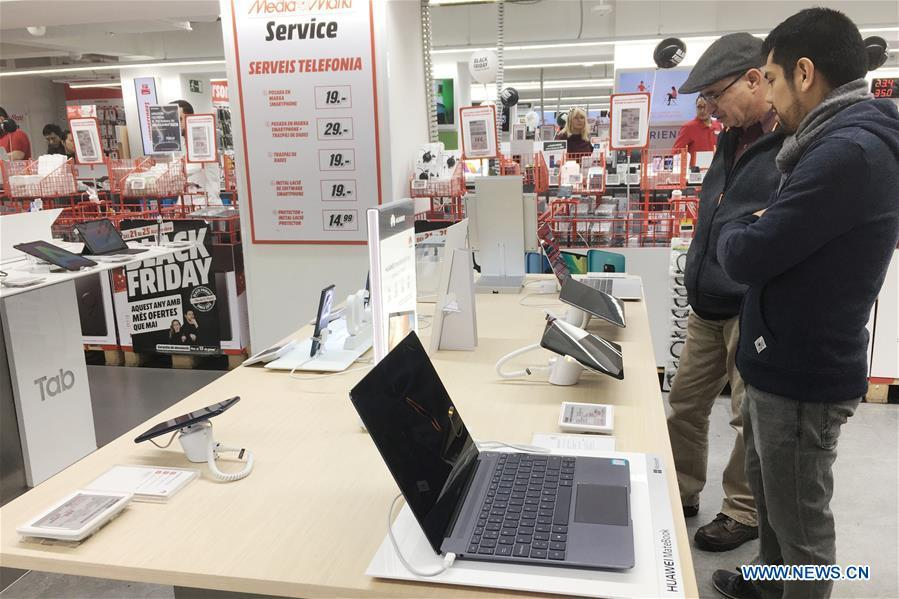 People select Huawei products in a shopping mall in Barcelona, Spain, on Nov. 25, 2018. More and more Spanish consumers accept Chinese high-tech brands, which now can be seen in daily life across Spain. (Xinhua/Zheng Huansong)