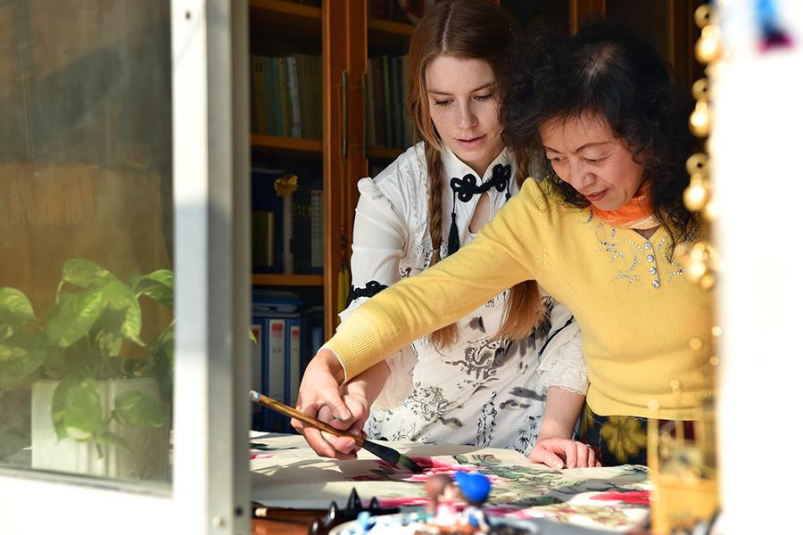 Francis learns traditional Chinese-style traditional painting from her mother-in-law at home in Shijiazhuang. (Photo/Xinhua)